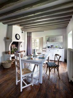 La collection ARTI est authentique et chaleureuse : idéale pour aménager un intérieur style campagne chic. Ses finitions en bois blanc patiné lui confèrent une élégance naturelle. Elle s'accopamgne d'une décoration authentique comme l'horloge THERMOMETRE et le textile POIS.