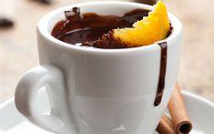 Taze sıkılmış portakal suyundan tadını, krema ve bitter çikolatadan kıvamını alan portakallı sıcak çikolata tarifi, keyfinize keyif katmak için geliyor.