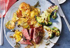 Rindslungenbratensteaks mit Cheddar-Erdäpfeln und gegrilltem Brokkoli Steaks, Cheddar, Food, Meat, Grilled Broccoli, Schnitzel Recipes, Apple, Crickets, Easy Meals