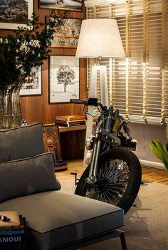 20 ideias de decoração para os apaixonados por motos! Blog Bugre Moda / Imagem: Reprodução Masculine Room, Masculine Interior, Best Motorbike, Motorcycle Garage, Interiores Design, Art Decor, Home Decor, Man Cave, Home Office