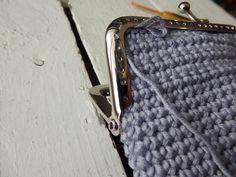 Virkatun kukkaron ohjetta on minulta kyselty useampaan kertaan jo ennen joulua ja nyt sain vihdoin kuvattua tekovaiheet. Lisääntynyt valo ... Hobbies And Crafts, Diy And Crafts, Frame Bag, Coin Purse, Projects To Try, Crochet Patterns, Weaving, Michael Kors, Knitting