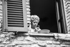 Oh, andiamo, gente! Non siate patetici! Smettetela di vedere il mondo dallo schermo di un cellulare! Vivete davvero! (Dal film Birdman) . . . . . . . . #mobilephone #cellulare #smartphone #woman #window #streetphotography #streetview #streetportrait #friendsinperson