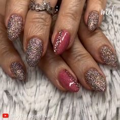 This manicure design is all about glitter! By @tabythascott_nails