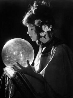 Actress Lillian Gish as a crystal ball reader/fortune teller. 1920s Photos, Vintage Photographs, Old Photos, Lillian Gish, Dorothy Gish, Ansel Adams, Silent Film, Crystal Ball, Belle Epoque