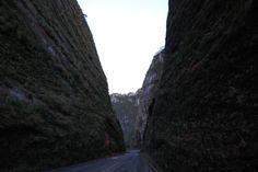 Os paredões no topo da Serra do Corvo Branco.