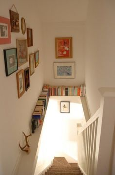 Beautiful 24 ideas for storing books in small spaces. Take advantage of an unused ledge! The post 24 ideas for storing books in small spaces. Take advantage of an un . Decoration Cage Escalier, Staircase Decoration, Stair Decor, Staircase Ideas, Staircase Design, Style At Home, Staircase Bookshelf, Stairway Storage, Bookshelf Ideas
