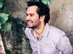 """O cantor Marcelo Jeneci desembarca na capital mineira para se apresentar no projeto """"Som Clube 2014"""".  O show ocupa a Praça Savassi, na sexta-feira, dia 9 de maio, a partir das 18h30. A entrada é Catraca Livre."""