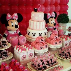 Mesa Completa com doces e personalizados, não inclui baloões.    Painel de Balões 3x2 - R$ 390.00  Balões com gás hélio - 30 unidades - R$ 280.00 duplos e R$ 260.00 simples.