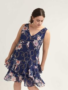 Feminine plus size swing dress, with two-tiered flounce skirt and button-down placket at the neckline. Rich medieval blue background with contrasting printed flowers and chain.Features- Sleeveless- V-neck- Lined- length Addition Elle, Robe Swing, Swing Dress, Navy Floral Dress, Navy Dress, Maxi Wrap Dress, Cool Fabric, Plus Size Fashion, Nice Dresses