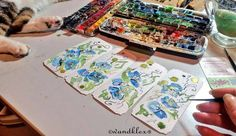 Der Atelierkater kennt nach 10 Dienstjahren seinen Tanzbereich und drapiert sich unauffällig im linken Eck.  (die Lesezeichen die ich gerade male sind eine Sonderanfertigung und nicht zu haben können aber gerne beauftragt werden - dann einfach Email an chefin@wandklex.de oder über die Shops wandklex.etsy.com und wandklex.dawanda.com anfragen  #wandklex #malerei #handgemalt #aquarell #hahnemühle #kunst #art #watercolor #watercolour #blumen #lesezeichen #bookmark #book #Lesen #reading #flower…