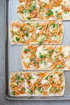 This skinny buffalo chicken flatbread pizza is a lighter way to enjoy the flavor of buffalo chicken wings. If you like it spicy, you& love this healthy flatbread recipe! recipes for kids Buffalo Chicken Pizza, Buffalo Chicken Flatbread Recipe, Skinny Buffalo Chicken Dip, Healthy Flatbread Recipes, Healthy Recipes, Healthy Flatbreads, Chicken Pizza Recipes, Skinny Chicken Recipes, Healthy Chicken