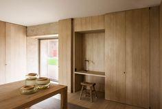 Fotografía de arquitectura - JRFotografía. Hardwood oak full height cupboards. Minimal. Concealed desk nook.