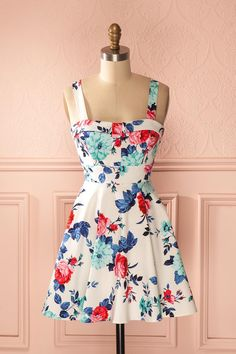 Le jardin entier s'incline devant votre charme rétro. The entire garden bows before your retro charm. White red and blue floral print retro dress www.1861.ca
