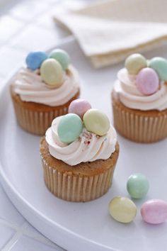 カップケーキにイースターエッグチョコレートをのせていきましょう。 何個か集まっているほうが可愛くみえますが、 黄色のエッグチョコレートをのせると、より春っぽさを 感じることができます。