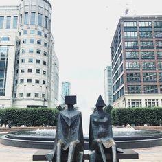 London back... #london #nobrain #londonsquare #cabotsquare #thisislondon #london4all #sculpture #cube #piramid #lfestyle #lotoffun #neveralone #lookingfor #seethrough #lookingforward