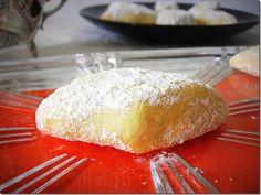 Des sablés qui portent bien leur nom, car ils sont tellement fondant en bouche, la texture ressemble aux gâteaux algériens nommés boussou la tmessou (بوسو لا تمسّو ) à part que ceux-la sont à base de farine et d'amande en poudre