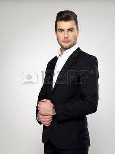 Abito nero elegante uomo rostro