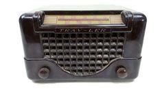 Vintage Mid Century SMILING Tube Radio 1948 TRAV-LER 5066 Brown Bakelite Case