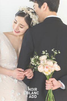 Dream Day Wedding, Foto Wedding, Wedding Photo Props, Wedding Photoshoot, Wedding Pics, Couple Photoshoot Poses, Pre Wedding Poses, Wedding Couple Poses, Wedding Couples