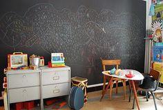 UN grand mur avec une peinture ardoise.
