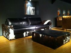 Koeienhuid meubelen op pinterest western badkamers westerse meubels en rustiek slaapkamer - Westerse fauteuil ...