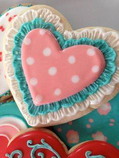 Valentine's Cookies - I love brushed embroidery on cookies Fancy Cookies, Heart Cookies, Iced Cookies, Cute Cookies, How To Make Cookies, Cookies Et Biscuits, Sugar Cookies, Cookie Icing, Royal Icing Cookies