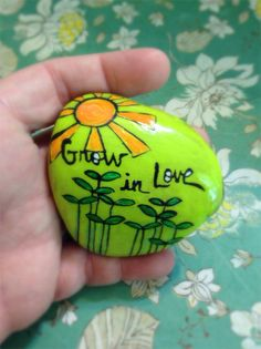 Painted Rock Ideas - Do you need rock painting ideas for spreading rocks around your neighborhood or the Kindness Rocks Project? Pebble Painting, Pebble Art, Stone Painting, Rock Painting, Painted Rocks Kids, Painted Stones, Painted Bricks, Inspirational Rocks, Rock Flowers