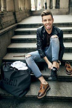 veste en cuir homme, denim déchiré et chaussures élégantes