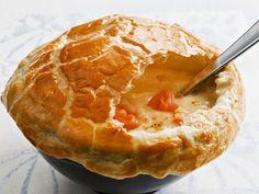 Gemüsecremesuppe mit Lachs und Blätterteighaube ist ein Rezept mit frischen Zutaten aus der Kategorie Blätterteig. Probieren Sie dieses und weitere Rezepte von EAT SMARTER!