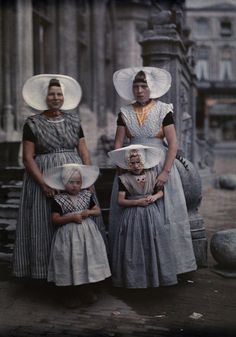 Bold Bonnets In this November 1931 autochrome by Wilhelm Tobien, two women from the Netherlands' Zeeland province pose with their daughters. Their fan-shaped bonnets are hallmarks of the region's folk costume. Antique Photos, Vintage Photographs, Old Photos, We Are The World, People Around The World, Folklore, Folk Costume, Costumes, Albert Kahn