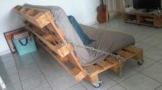 Canapé palette fait main by Emy Li Grâce aux charnières et à la chaîne, ce canapé est convertible en lit 2 places.