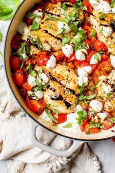Pollo Caprese, Ensalada Caprese, Caprese Chicken, Caprese Salad, Mozzarella Chicken, Skinny Taste, Skinny Recipes, Healthy Recipes, Skinny Meals