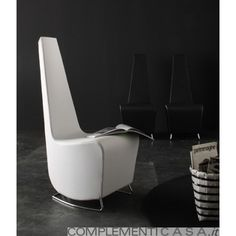 DROP, elegante sedia/poltroncina rivestita in ecopelle con cuciture ribattute. Struttura in fibra composita stampata. Il basamento è realizzato con un sottile tubolare in resistente acciaio. Misure: cm 48 x 60 x 115 h - Kg 17 Colori: bianco - rosso - nero - testa di moro.