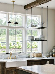 Kitchen Trend: Open Shelving in Front of Windows Kitchen Shelf Design, Best Kitchen Designs, Kitchen Shelves, Kitchen Cupboard, Kitchen Cabinets, Modern Farmhouse Kitchens, Farmhouse Kitchen Decor, Home Decor Kitchen, Tuscan Kitchens