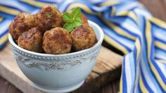 Lammefrikadeller med hvidløg er en lækker dansk opskrift af Thomas Toftdahl, se flere kødretter på mad.tv2.dk