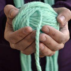 Tejer con lana 100% natural es un disfrute, incluso desde el principio, cuando tienes que ovillar las madejas. Para hacerlo sin ayuda y conseguir empezar el ovillo por la hebra interior seguimos unos sencillos pasos que hoy contamos en el blog.  #pearlknitter #knitterofinstagram #knitaholics #tejemosjuntas #handknitted #wool #knitting #mint