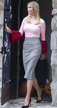 Ivanka Trump models an eye-catching pink top in D. Ivanka Trump Outfits, Ivanka Trump Photos, Ivanka Trump Dress, Ivanka Marie Trump, Ivanka Trump Style, Sexy Outfits, Trump Models, Estilo Street, Business Attire