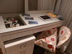 Detalhe da escrivaninha. A gaveta com vidro serve como vitrine e é uma solução criativa para guardar relógios e joias. Foto: Andrade Mello Arquitetura
