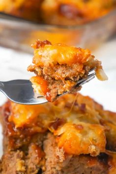 Cheesy Tater Tot Meatloaf Casserole is an easy ground beef dinner recipe with a meatloaf base, topped with a ketchup and bbq sauce glaze, tater tots, shredded cheese and crumbled bacon. Beef Casserole Recipes, Ground Beef Casserole, Meatloaf Recipes, Cabbage Casserole, Casserole Dishes, Cooker Recipes, Vegetarian Recipes Dinner, Vegan Recipes Easy, Diet Recipes