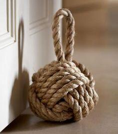 Sujeta puertas con forma de bola de cuerda marinera