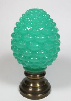 BACCARAT - pinha de opalina francesa, sec. XIX, na cor verde, formato oval, moldada na forma do fruto, base de bronze. med: 13,5 cm de altura. Vendido R$600,00 set14.