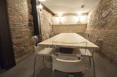 Para este proyecto nos trasladamos hasta el casco histórico de Toledo, un local con encanto e historia. LAB Cocktail bar ha puesto toda su confianza en nuestros profesionales a la hora de renovar el mobiliario, lo cual nos encanta.    Empezaremos por la primera planta en la cual colocamos taburetes modelo Alma con estructura de madera de