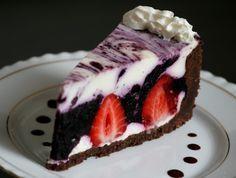 Nejdřív si dortovou formu vyložíme alobalem. (dno i strany).Korpus: Rozdrtíme si sušenky v mixéru nebo válečkem na jemno a smícháme je s...