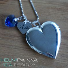 Sydänmedaljonki Äiti sydänamuletilla ja isolla sinisellä Swarovskin kristallilla <3 Osta omaksi tai lahjaksi täältä: http://www.helmipaikka.fi/tuotteet.html?id=20641%2F264491