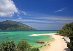 Koh Lipe er en mindre ø - og en af Thailands smukkeste! Den er er omgivet af krystalklart vand med masser af koralrev og mange typer af farverige fisk.