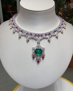 Van Cleef and Arpels. Via KATERINA PEREZ. The new 'Romeo and Juliet' high jewellery collection by Van Cleef&Arpels Van Cleef & Arpels is resplendent in jewels of unimaginable beauty. Gems Jewelry, High Jewelry, Luxury Jewelry, Beaded Jewelry, Jewlery, Van Cleef Necklace, Van Cleef And Arpels Jewelry, Van Cleef Arpels, Rose Gold Wedding Jewelry