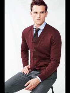 Fall fashion inspiration with a maroon cardigan light blue button up shirt maroon plaid tie gray trousers. Men's Business Outfits, Business Casual Outfits, Business Style, Pull Bordeaux, Stylish Men, Men Casual, Look Man, Herren Outfit, Well Dressed Men