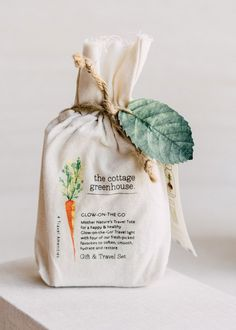 Mother Nature's Travel Tote for a happy & healthy Glow-on-the-Go! Travel light with four of our fresh-picked veggie-filled favorites to soothe, smooth, hydrate and restore. Bakery Packaging, Tea Packaging, Food Packaging Design, Bottle Packaging, Packaging Design Inspiration, Packaging Ideas, Organic Packaging, Dessert Packaging, Candy Packaging