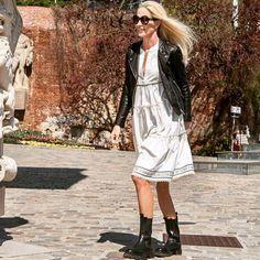 """Michaela Krainz on Instagram: """"Hart (Bikerjacke & Boots) trifft zart (Volants-Dress)! Der Look funktioniert gerade aufgrund dieses Gegensatzes so gut. Mein Kleid stammt…"""" Michaela, Rene Caovilla, Gowns"""