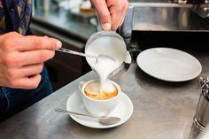 ***¿Cómo Espumar Leche?*** Si quieres hacer un sabroso capuchino, un café mocha con espumita o buscas una mejor presentación para tu desayuno, aprende a vaporizar leche en casa sin equipos extravagantes......SIGUE LEYENDO EN...... http://comohacerpara.com/espumar-leche_12905c.html